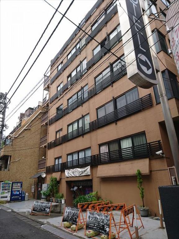 スリーゴールド東新宿ビル、東京都新宿区歌舞伎町2-2-10、東新宿駅 徒歩3分新宿駅 徒歩10分